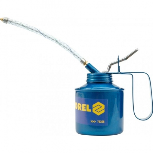 Oil can with flexible hose